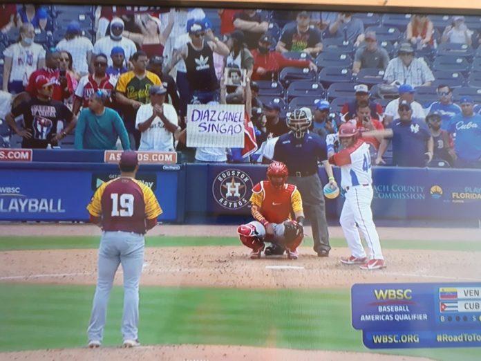 Carteles en contra del Gobierno cubano y de Díaz-Canel inundaron las pantallas de televisión ayer en Cuba durante el partido de béisbol entre la selección nacional y Venezuela
