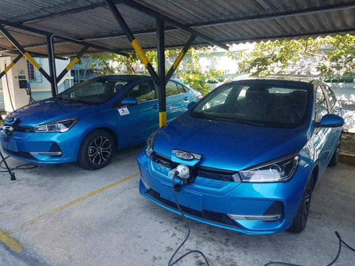 ETECSA gasta miles de dólares de los que se embolsilla por las recargas y compra toda una flota de autos eléctricos para la empresa